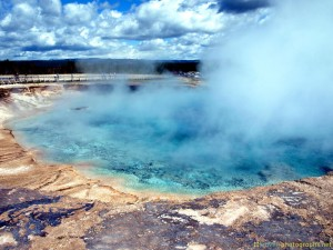 blue-lake-at-yellowstone-photos