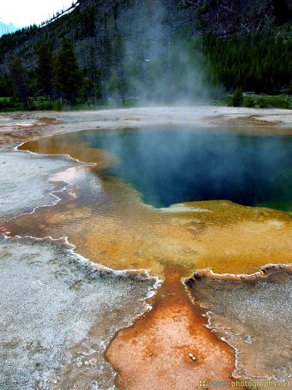 colourful-sea-water-at-yellowstone-photos