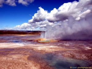 yellowstone-photos-blue-pond-in-sun